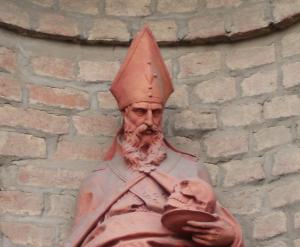 Statua all'esterno della Chiesa di San Francesco